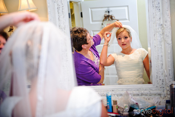 DIY bridal hairstyles, mom helping her daughter with her veil