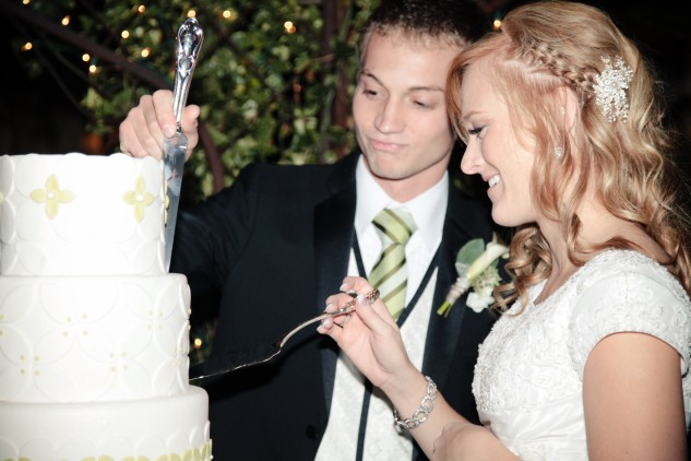 Real Mormon wedding, Bride and Groom cut the cake